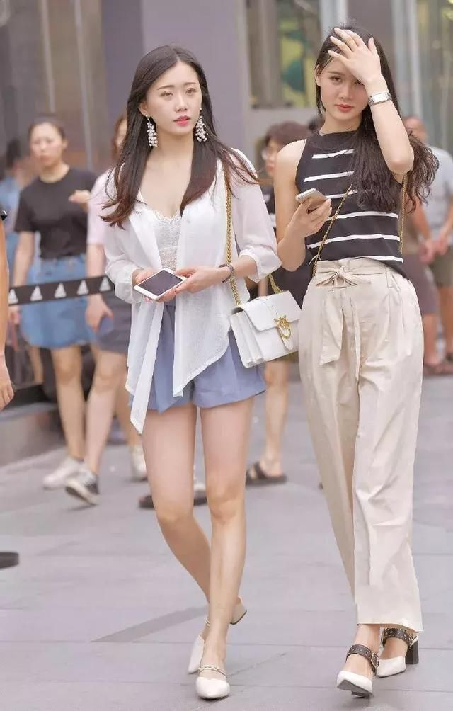 高跟鞋搭配出街,展示出自己魅力风情