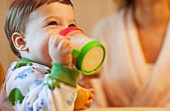 Part 3 这样做让宝宝爱上喝水 6个月后开始学习杯子喝水 美国儿科学会建议,宝宝在半岁之后就可以开始学习使用杯子,在一岁左右离开奶瓶,最晚不要超过十八个月。让宝宝学用杯子,促进发育,学用杯子喝水有利于宝宝的心理和语言发展。 亲子游戏喝水  找到喜欢的人物或卡通形象。 比如告诉宝宝,艾莎公主漂亮的秘诀就是多喝水,所以她才要住到雪山上去。宝宝希望自己偶像一样,就会乖乖喝水了。  跟宝宝喝水比赛。 宝爸妈和宝宝一起喝水,看谁喝的次数多,水量多,这样通过比赛引导宝宝跟着喝起来!小孩子最喜欢获胜了,这个方法