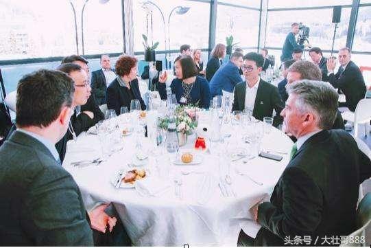 mg电子游戏官网:刘强东夫妇应邀英皇室婚礼,解读中国富豪关系网之:马云V刘强东