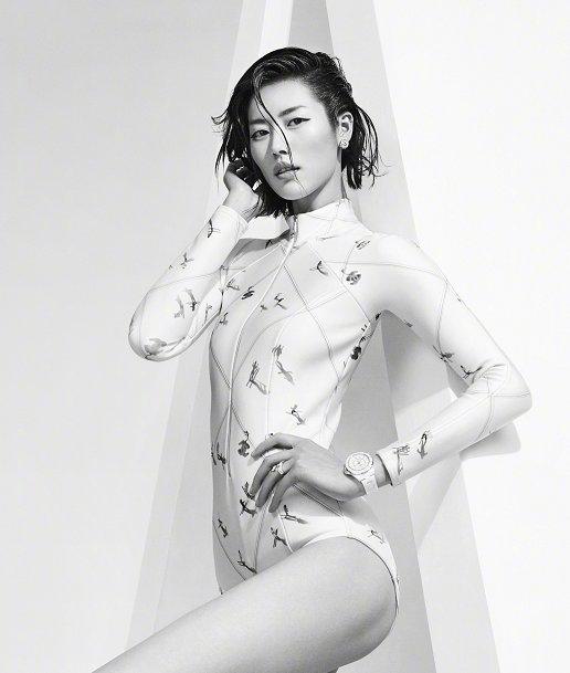 刘雯时尚大片新鲜出炉!身穿印花连体衣登封面,身材成功抢镜