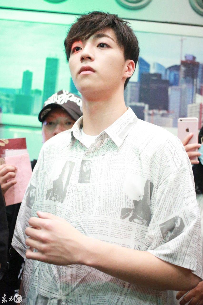 陈立农现身北京机场,获大批粉丝围堵,乘摆渡车时跟拍摄像曝光