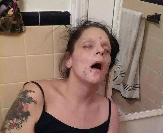 一名丈夫拍下了自己的妻子、两个孩子的妈吸毒时的窘态