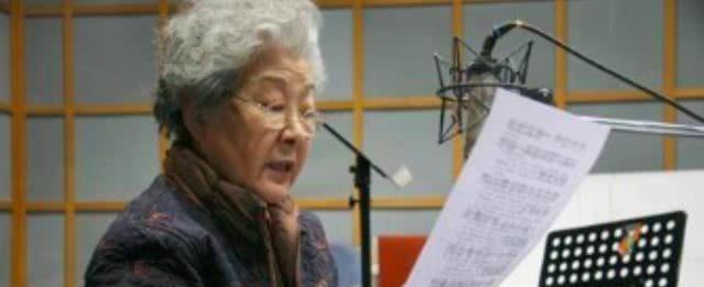 她是央视女主持人,跟康辉是同班同学,父亲是前台长