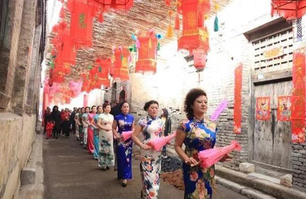 长治县荫城古镇20名女子街头旗袍秀为古镇文化旅游代言