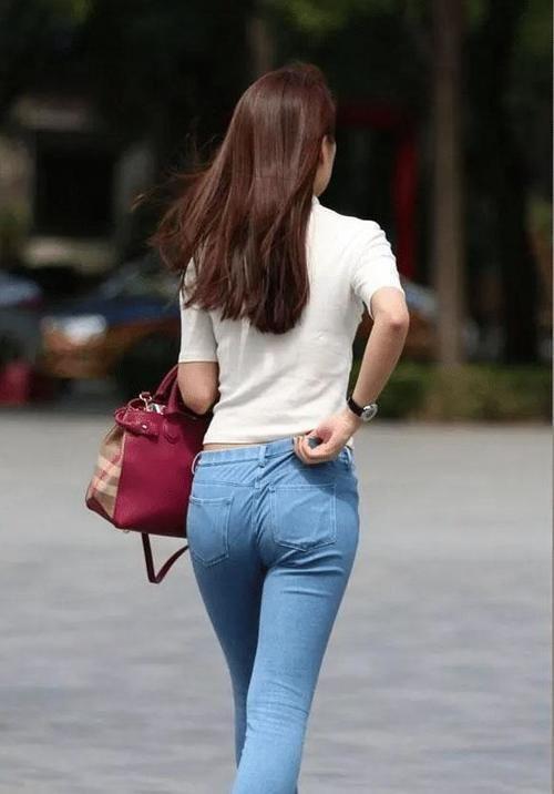 街拍紧身裤的美女,双腿更加修长插图