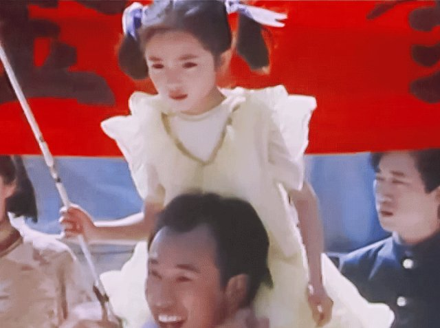 女星童年照:热巴杨幂从小美到大,宋雨琦颜值和现在如出一辙