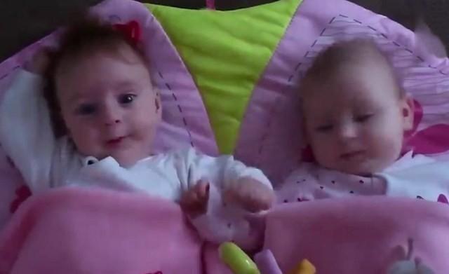 六个月的龙凤胎宝宝睡醒后,发现对方在身边,宝宝的反应太可爱了