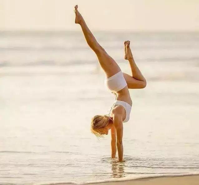 其实这些都是误区,有一定基础的瑜伽习练者都会知道力量性的练习对身