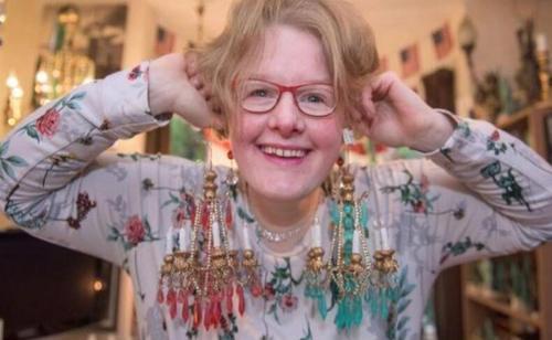 33岁女子沉迷吊灯,还买戒指向其求婚,把吊灯当