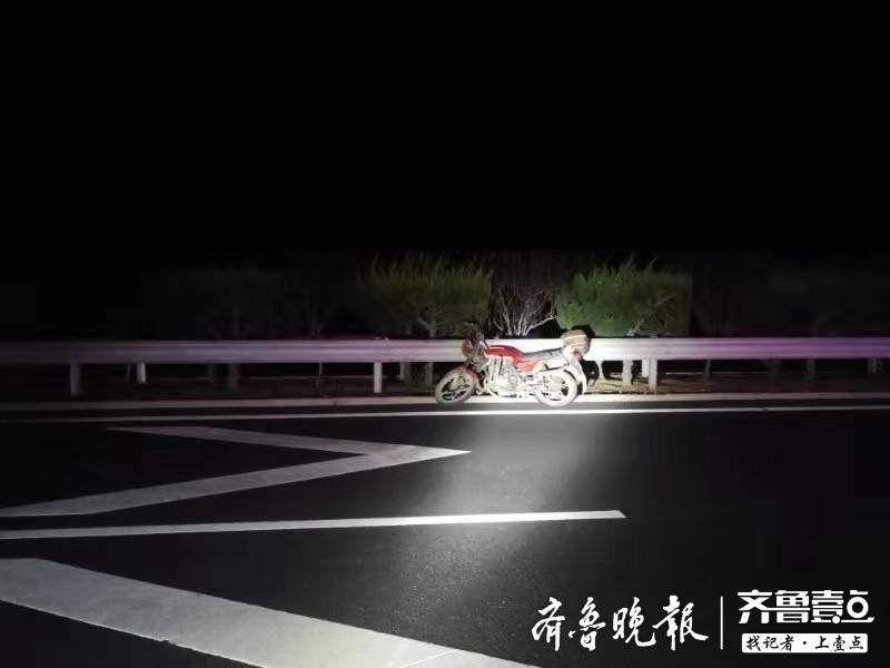 酒喝到脑子里了?深夜一男子酒后驾驶无牌摩托车,逆行上高速