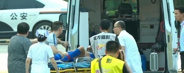 突发!中超赛场出现揪心一幕 外援重伤被救护车送往医院!