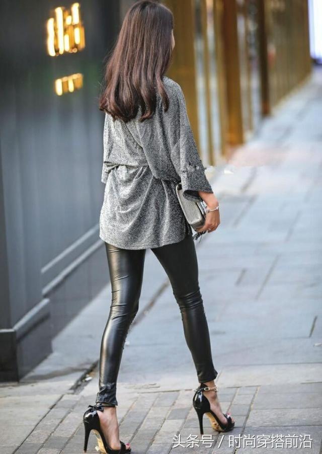 风度街边皮裤的美女,展现修长大美腿,真是方法穿戴的黑色情趣内衣图片