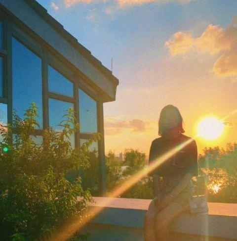 刘雯终于对蛇皮裙下手 坐在石凳上的她 网友:确定才31岁吗?