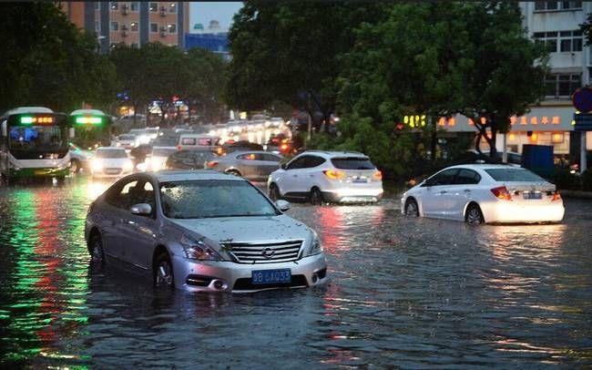 正文  2018年6月13日傍晚,青岛突遭大风冰雹雷电强对流天气袭击,市区