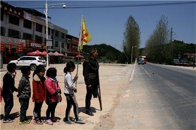 独腿老师v老师情趣过马路25年:学生是山里的希美国丝袜内孩子图片