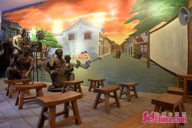 色彩生动的手绘墙,唯美逼真的雕塑,最大程度还原了上世纪露天电影的
