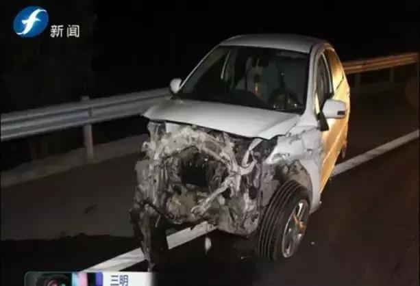 转载:三明:一男子驾车撞上高速护栏,车中继续呼呼大睡…
