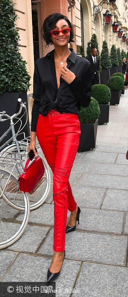 卓丹邓半敞性感小露美胸衬衫穿大红皮裤2米列车性感乘务员图片
