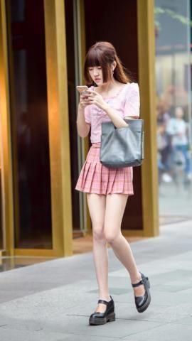 街拍: 长相甜美可爱的小姐姐, 搭配浅蓝色格子短裙, 更显清新自然