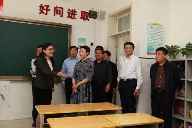 5月10日上午,副市长王桂英到历城区华山小学,翡翠外滩大风车幼儿园
