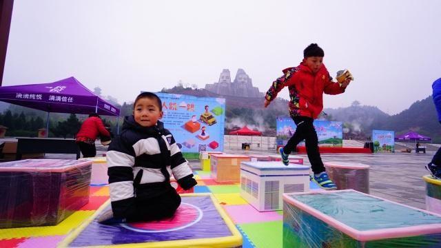 河南表情半小时车程,机器人跳舞、真人跳一跳韩国双胞胎gif周边包图片