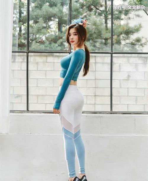 街拍:美女的吊带连衣裙,配上一双白色的高跟鞋花花公子内衣白色情趣图片