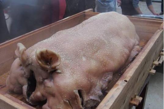 均安骏景酒店_均安蒸猪是广东省传统的地方名菜.