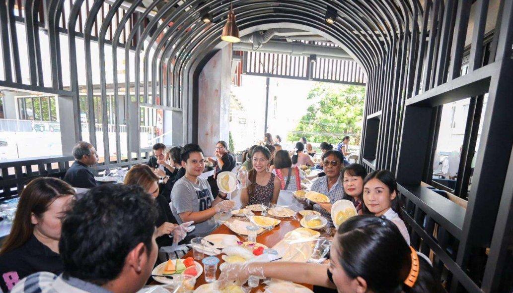 国人在泰国自助餐厅时,不停地吃这种食物,泰国人:中国没有吗?