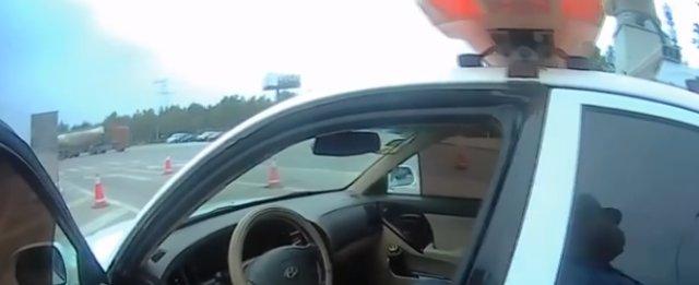 神演技!无证驾驶怕被查 男子把车丢下后 站一旁装路人
