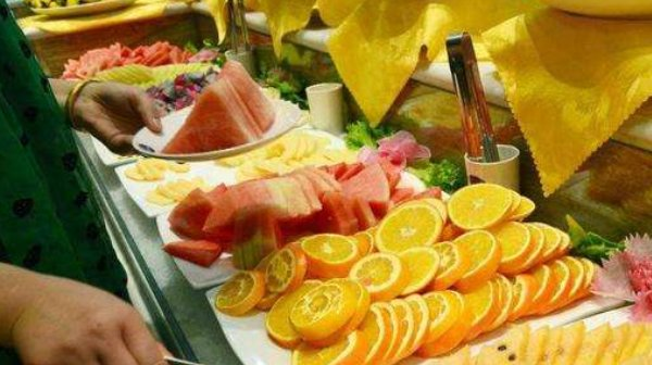 韩国小伙中国吃自助,专抢一种水果吃,老板:管饱吃!