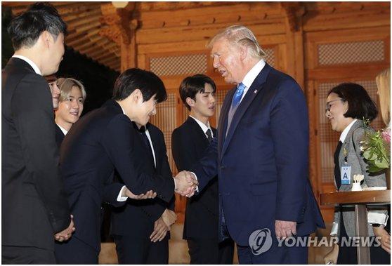 特朗普被贈EXO專輯  韓媒:他家人是粉絲