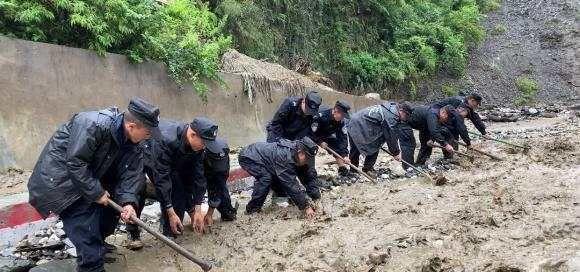 云南怒江丙中洛突发泥石流 20多名被困村民已获救助