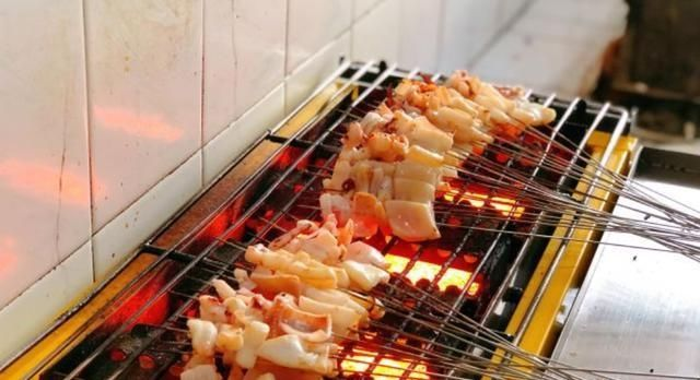 青岛这家烤串每天只营业三小时,烤串只卖两种,其他都需要自己带