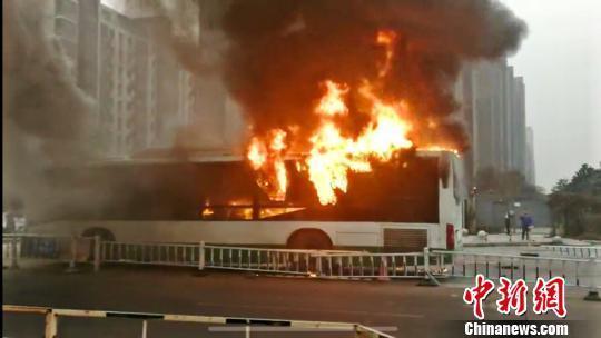 江苏常州一公交车发生自燃车辆被烧毁无人员伤亡