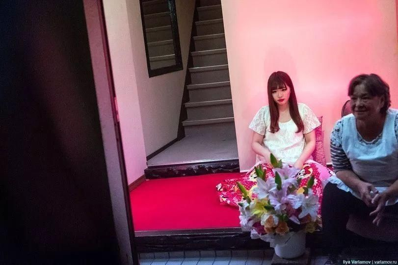 他闯入日本红灯区,冒死偷拍下了大量照片!赤裸裸的钱色交易