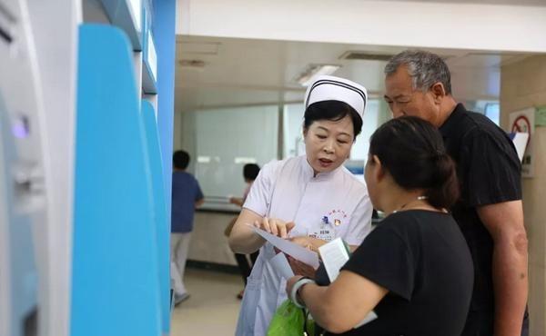 女患者候诊突发不适 护士长爱心救治获赞