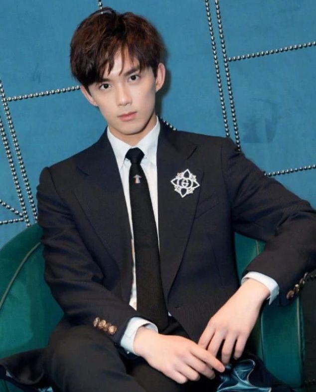 王俊凯和吴磊都是19岁,同穿黑西装,气质却完全不在一个档次
