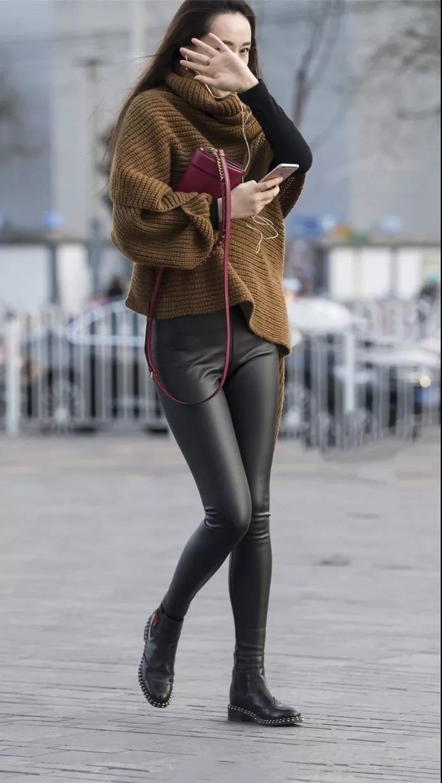 美国最骚少妇_街拍:样子很美也很高大长腿穿皮裤超性感的少妇