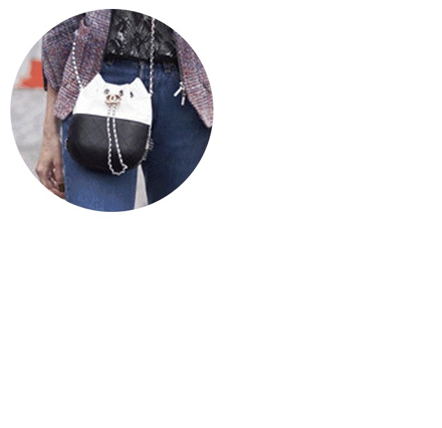 极简却不单调的黑白水桶包很好搭配衣服,斜跨手拎都很合适.