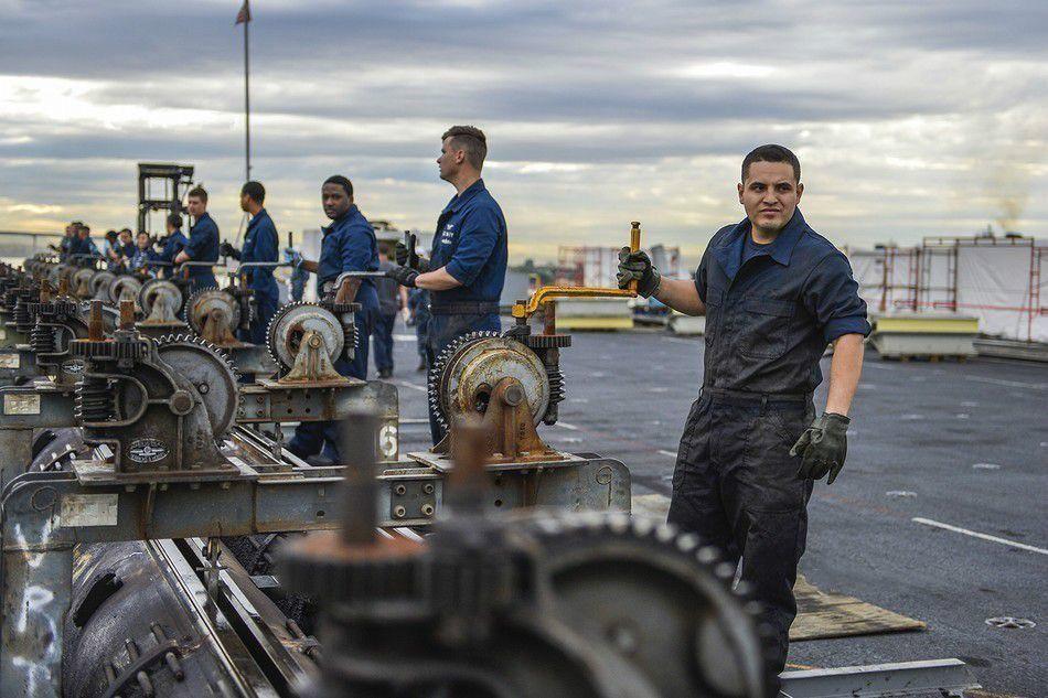 蒸汽弹射器机械结构非常复杂,对于从未使用过弹射器的中国海军可能并