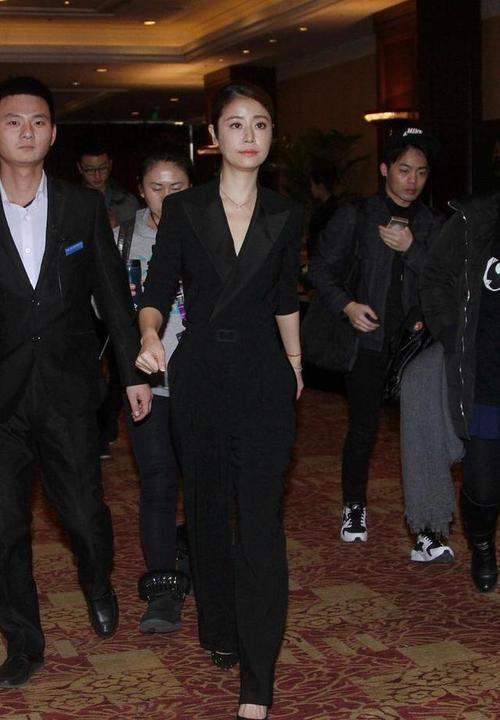36岁范冰冰和41岁赵薇同穿西装,两人气质完全不在一个档次!