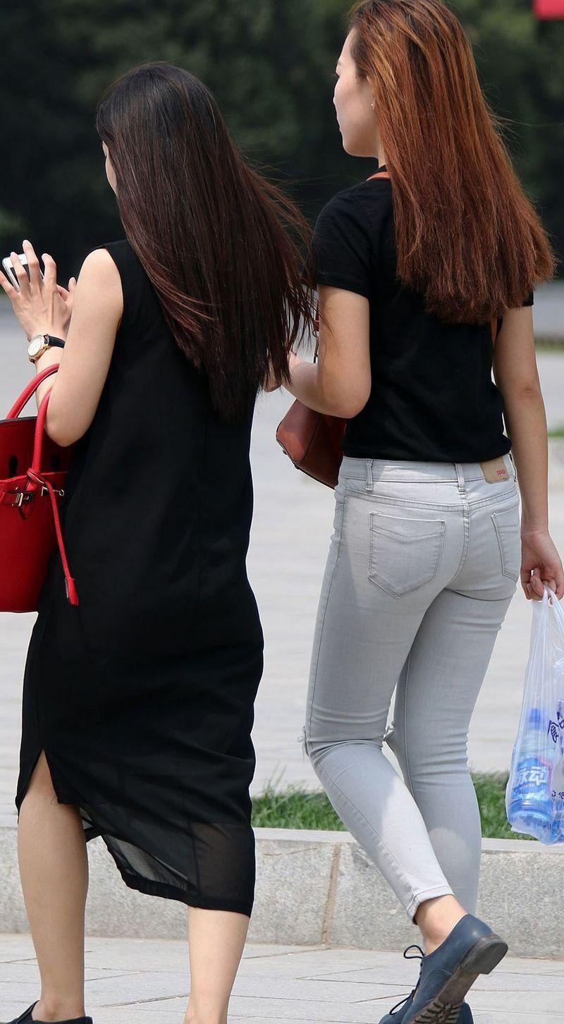 街拍:美女黑色t恤搭配破洞紧身牛仔裤,穿出明星女神范