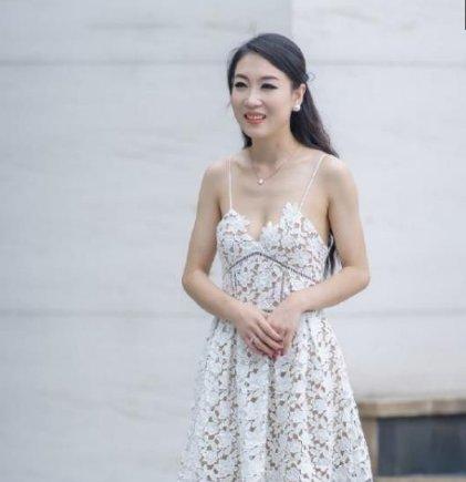 语笑嫣然的小姐姐,一条白色吊带连衣裙,时尚优雅女性风采
