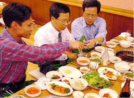 中国人,日本人,韩国人,喝酒的时候都吃什么?差距太