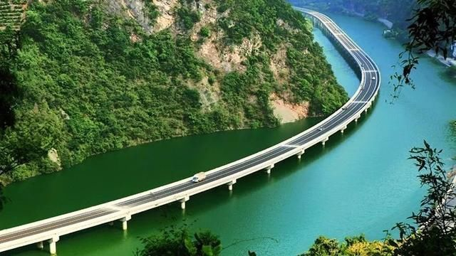火遍抖音的中国最美公路!网友调侃:再不收费要塞车了