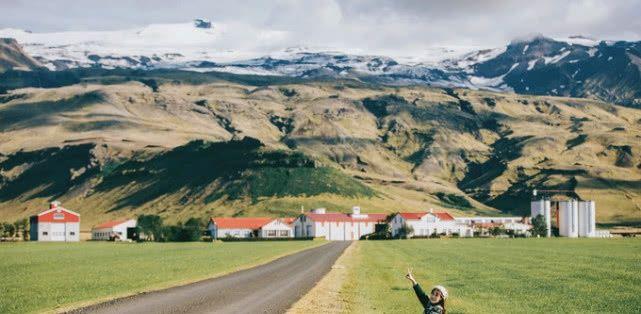 冰岛小镇有长满青苔的山脉,阳光在山脉上绘彩,一号公路很美