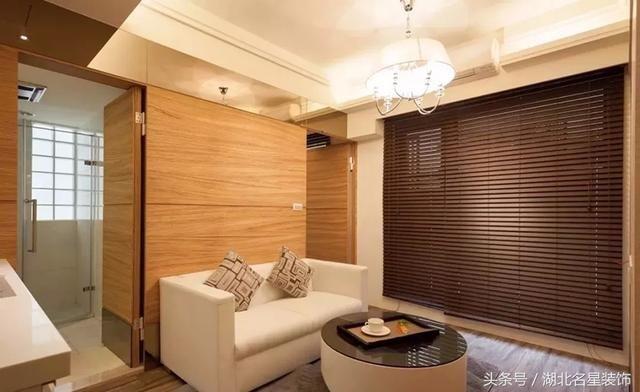 沙发和圆形茶几让客厅空间看起来格外简洁明朗,大大的百叶窗代替窗帘