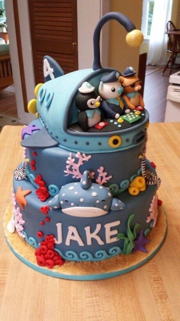 幸福的一家三口,多色搭配的蛋糕别有风味.