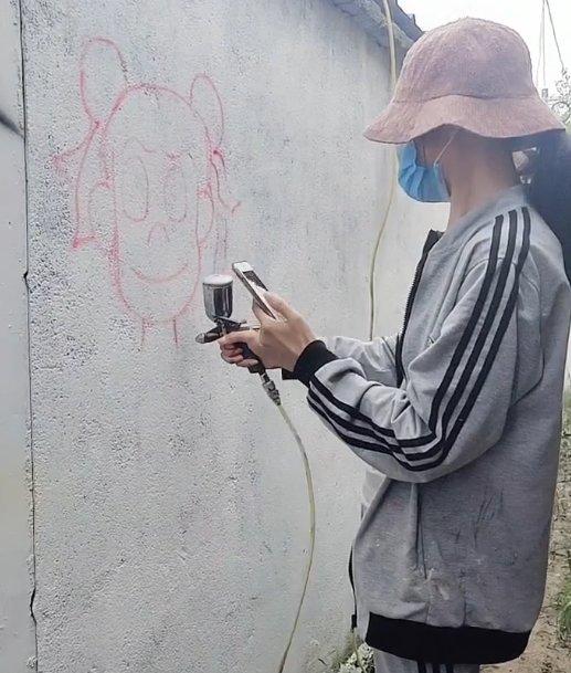 小姐姐在墙上画哪吒,被吐槽不文明,看到效果后:秀儿,是你吗