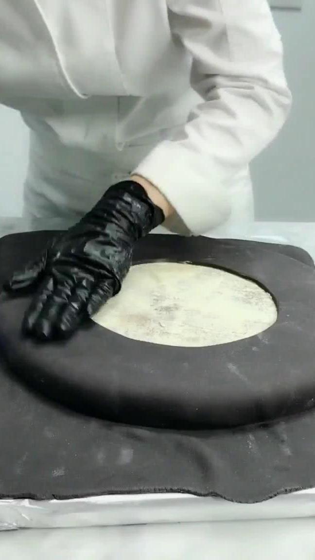 小姐姐做翻糖蛋糕,还以为是轮胎造型,没想到是大胃王版奥利奥